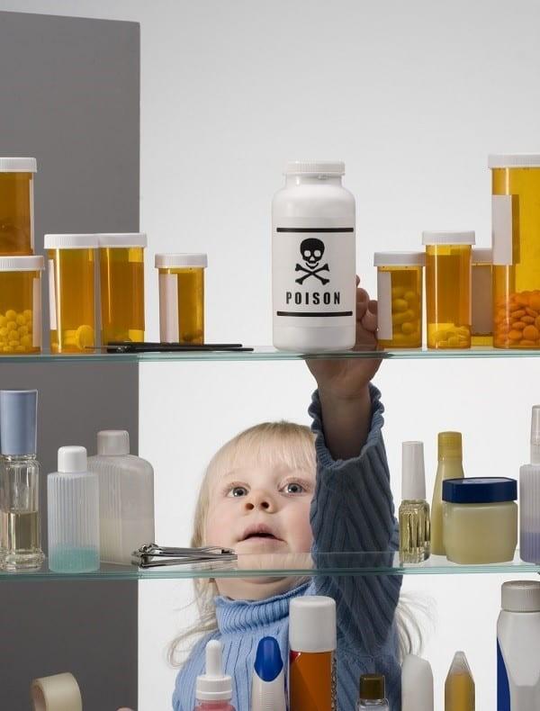 Cần để các hóa chất có thể gây hại cho gan tránh xa tầm với của trẻ nhỏ