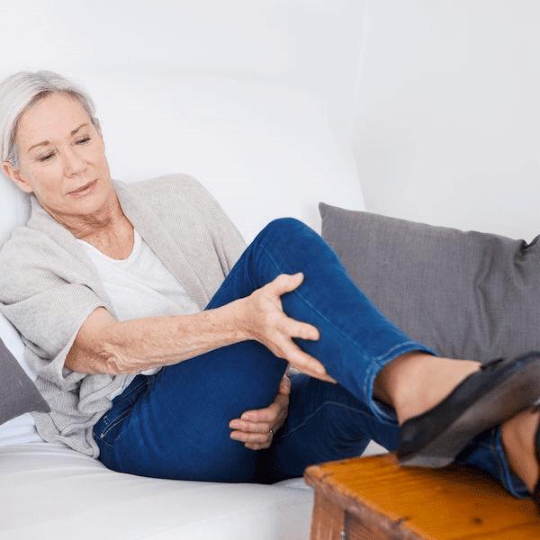 PLS gây yếu cơ hoặc cứng cơ, thường ở chi dưới đầu tiên