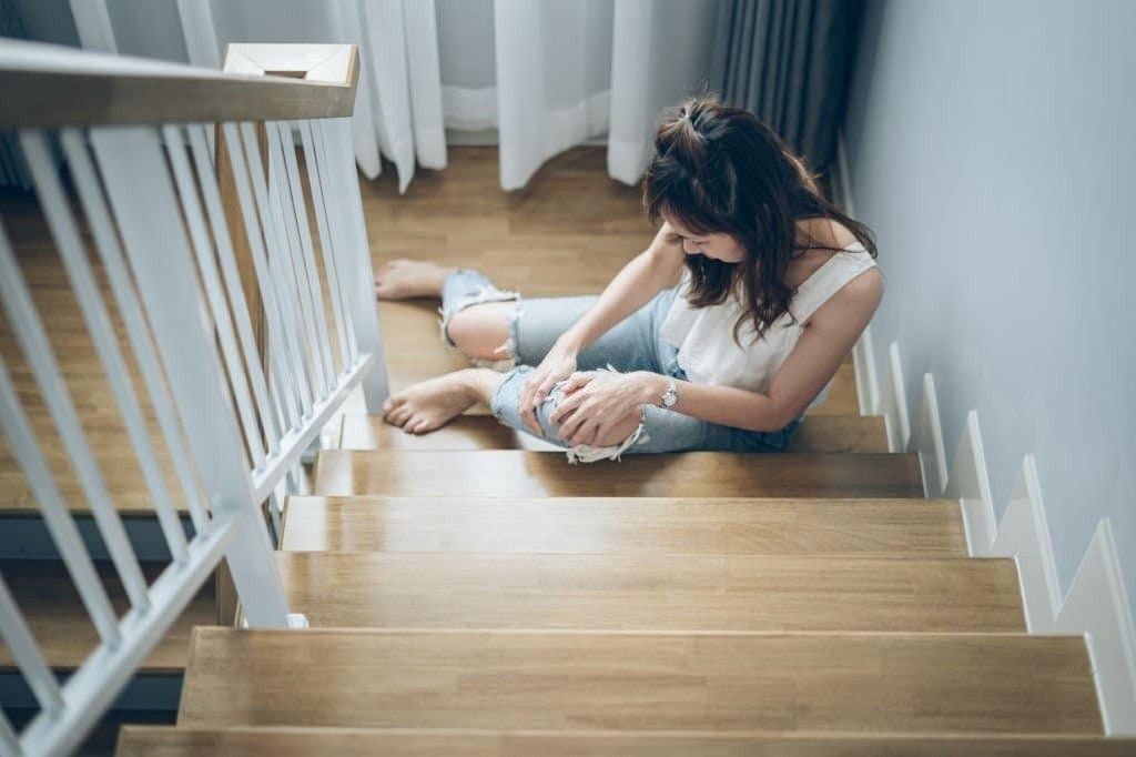 Đi bộ lên hoặc xuống cầu thang làm cơn đau bánh chè – đùi trầm trọng hơn