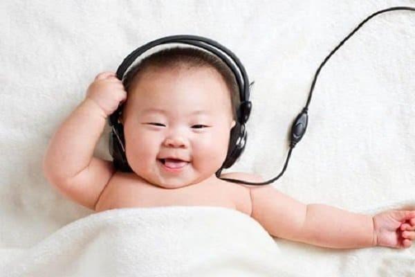 Cho bé nghe nhạc khi bú