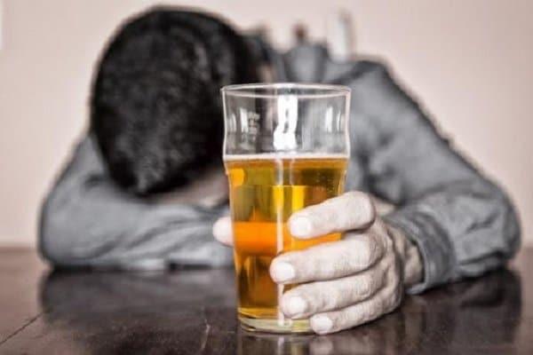 Lạm dụng rượu có thể dẫn đến hành vi tự sát