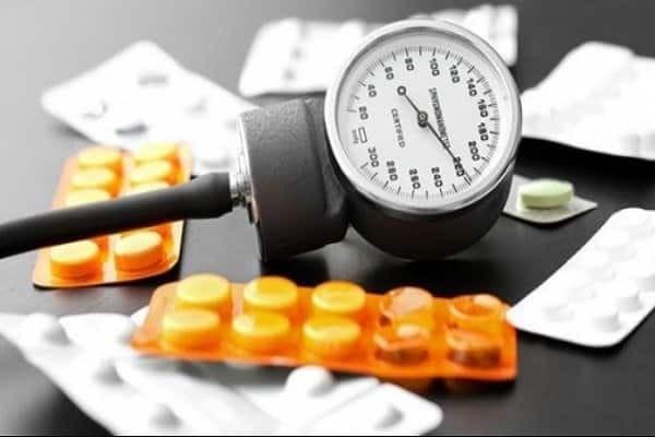 Uống thuốc huyết áp đều đặn hàng ngày - Tăng huyết áp ác tính
