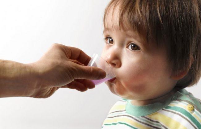 Các bé có thể được tẩy giun từ thời điểm 12 tháng tuổi và cả nhà cũng nên sổ giun định kì