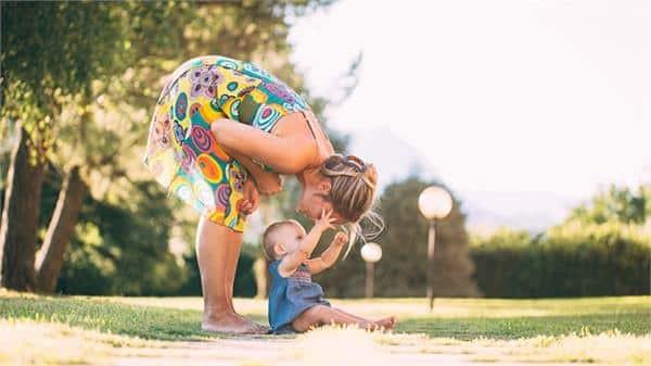 Một lưu ý về cách tắm nắng cho trẻ sơ sinh là mẹ có thể trò chuyện, chơi đùa với bé