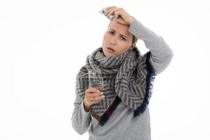 Triệu chứng đi kèm của sốt như ớn lạnh, mệt mỏi, ho, đau họng, buồn nôn,...