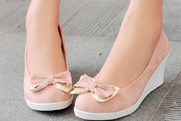 Việc mang giày  bít mũi có thể tăng nguy cơ bị hôi chân