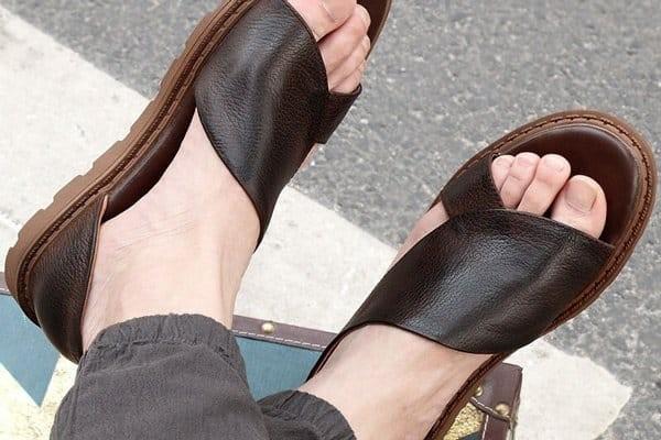 Hãy cân nhắc việc mang giày dép hở mũi