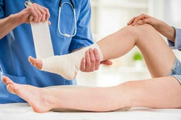 Dân gian dùng Tỏi trời thường để trị chứng bong gân trật khớp.