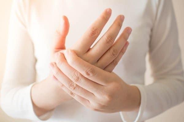 Đau ngón tay do viêm khớp