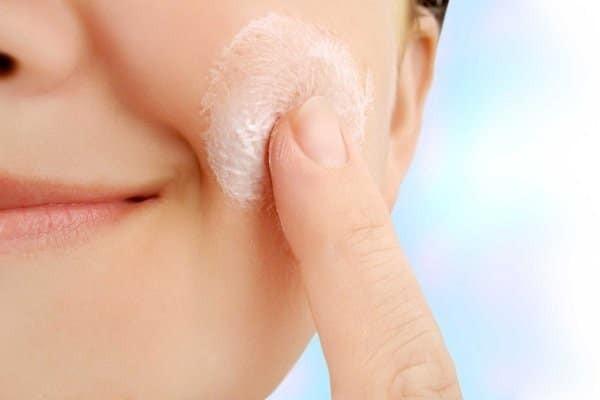 Giữ ẩm cho da giúp hạn chế tình trạng bệnh viêm da thần kinh