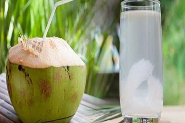Uống nước dừa vào buổi sáng