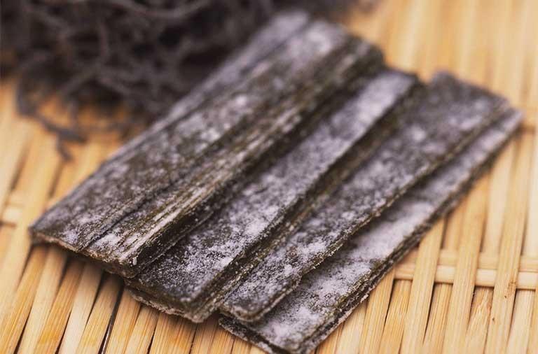 Tùy theo loại tảo mà vị thuốc có màu nâu xanh hay đen nâu