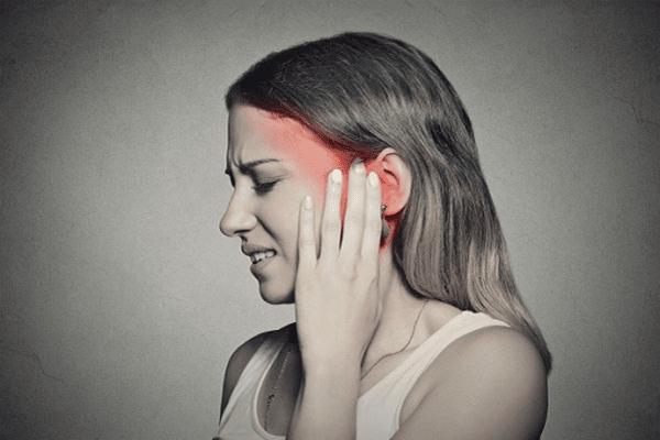 Với đau dây thần kinh sinh ba, ngay cả những kích thích nhẹ lên mặt như đánh răng, rửa mặt cũng có thể gây ra một cơn đau dữ dội