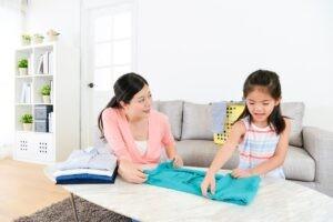 Để con bạn giúp đỡ một số công việc là một cách quan trọng để dạy trẻ tự lập hơn