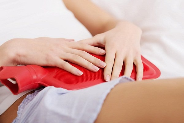 Chườm ấm vùng bụng dưới cũng là cách đơn giản giúp giảm đau