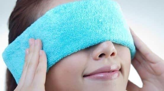 đắp khăn ấm lên mắt