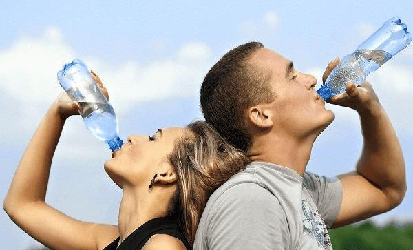 Bổ sung đủ nước hàng ngày cho cơ thể để phòng ngừa sỏi thận