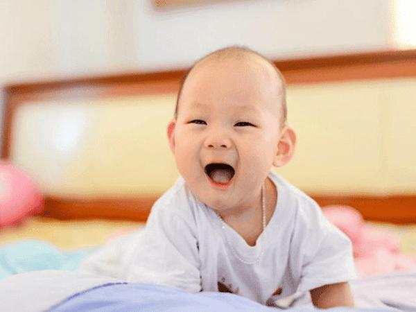 Trẻ 4 tháng tuổi có thể kiểm soát giữ vững đầu thẳng đứng khá tốt khi được ngồi qua sự hỗ trợ.