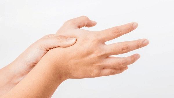Nhiễm trùng cũng có thể gây ra sưng khớp ngón tay
