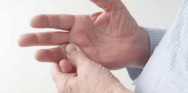 Co cứng cơ là một trong những triệu chứng của bệnh
