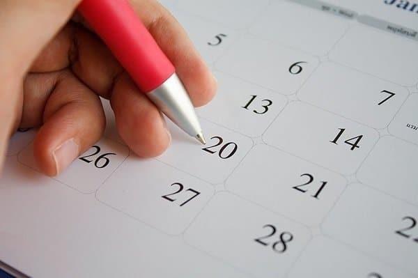 Bạn cần theo dõi và ghi chép lại chu kỳ kinh ít nhất trong khoảng 6 tháng để thực hiện cách tính ngày tránh thai an toàn theo lịch