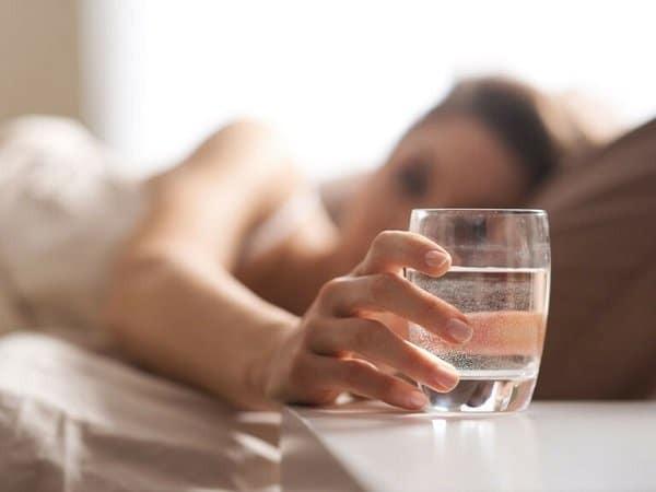Uống một cốc nước sau quan hệ sẽ khiến bạn giải tỏa cơn khát và đỡ mệt hơn (Ảnh: Internet)