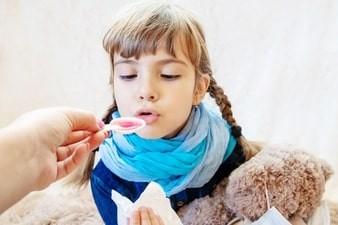 Trẻ em khi dùng thuốc cần có sự theo dõi của người lớn