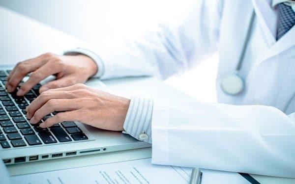 Thăm khám bệnh online như tư vấn bác sĩ nhi qua điện thoại rất tiện lợi cho những gia đình ở xa trung tâm bệnh viện