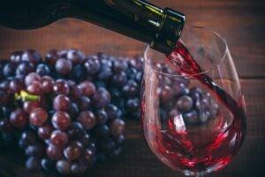 Rượu vang đỏ được làm bằng cách nghiền nát lên men những trái nho có màu sẫm.