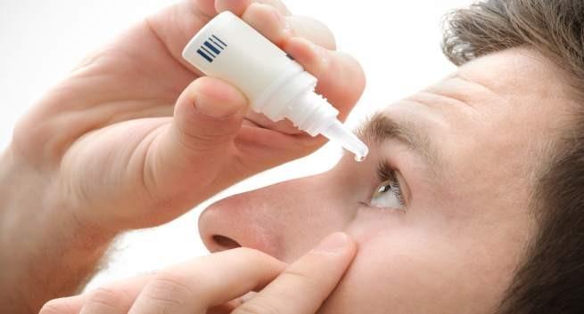 Sử dụng thuốc nhỏ mắt hàng ngày