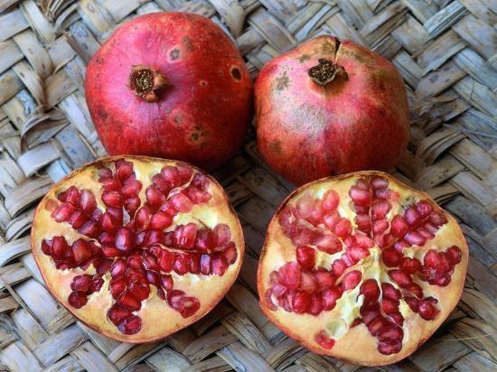 Quả lựu là loại quả mọng, có nhiều hạt