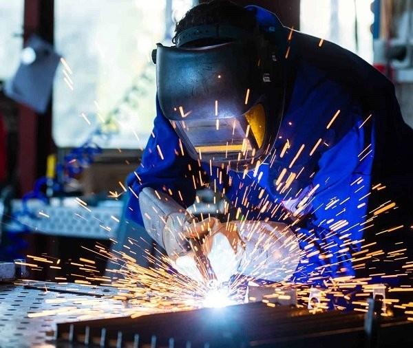 Tiếp xúc với bụi kim loại làm tăng nguy cơ đau mắt hàn