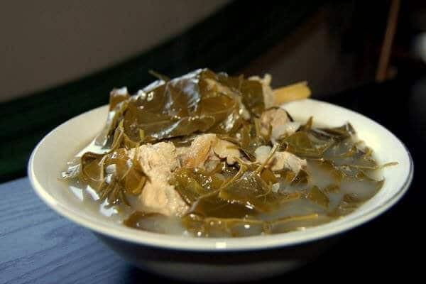 Lá giang có vị chua dịu,, dùng nấu canh với thịt gà, cá... rất ngon.