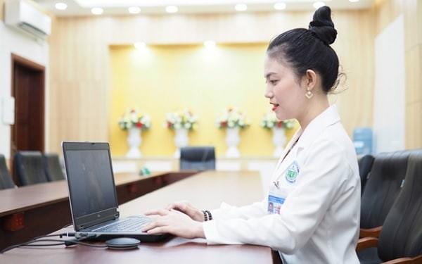 Bác sĩ da liễu tư vấn online sẽ hướng dẫn bạn cách điều trị