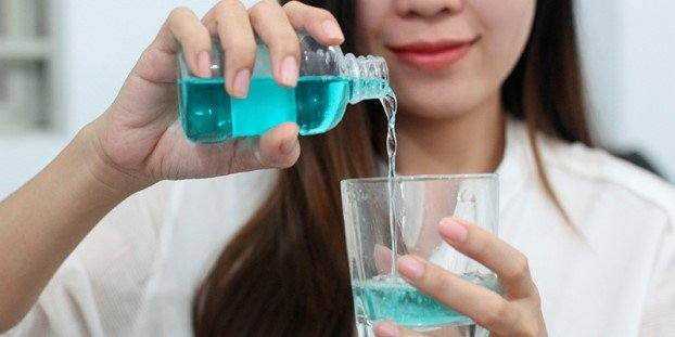 Xử dụng súc miệng có chứa hydrogen peroxide
