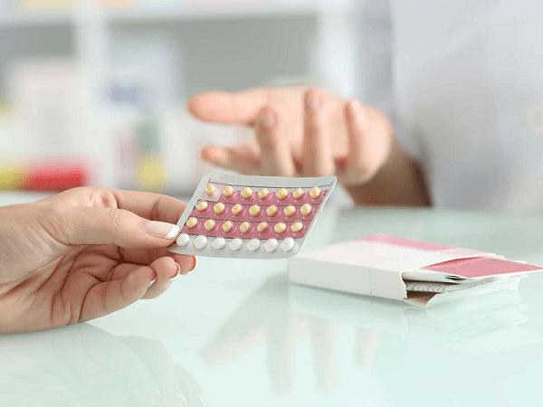 Thuốc tránh thai loại vỉ 28 viên có chứa thành phần hormone khá an toàn và bạn có thể áp dụng để hoãn kỳ kinh