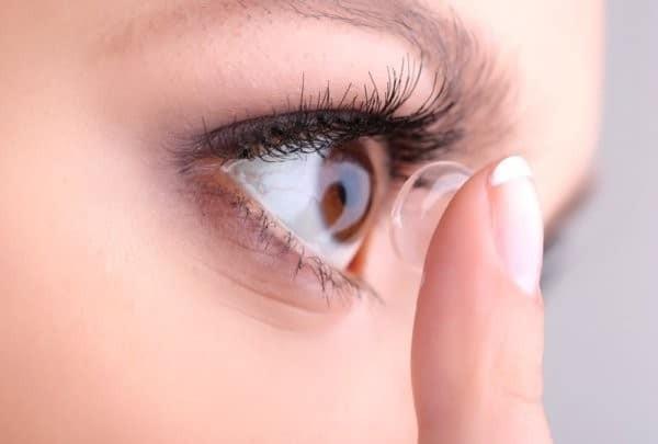 Đeo kính áp tròng có thể là một trong những nguyên nhân khiến mắt bị ngứa