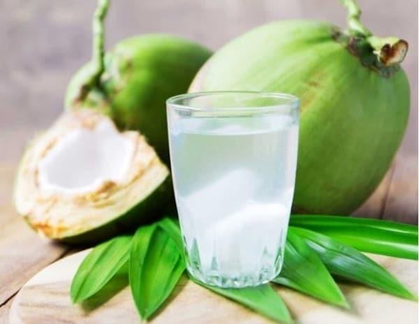 Bổ sung nước dừa hoặc nước trái cây sẽ giúp cải thiện triệu chứng khi ngộ độc thực phẩm