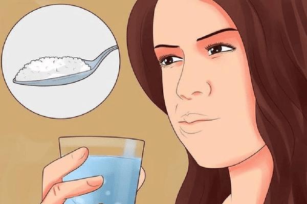 súc miệng bằng nước muối là cách chữa đau răng đầu tiên hiệu quả