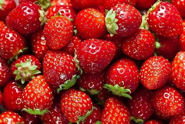 Nguồn vitamin C dồi dào có trong quả dâu giúp đây là thực phẩm trắng da hiệu quả