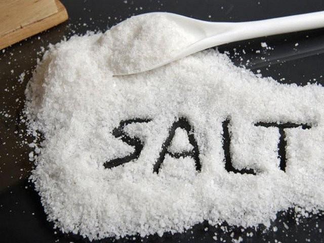 Quá nhiều muối trong chế độ ăn hằng ngày của bạn có thể khiến bạn mất Calci trong nước tiểu.