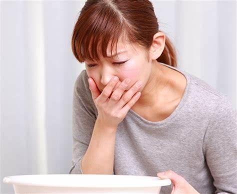 nôn ói là biểu hiện phổ biến khi ngộ độc thực phẩm
