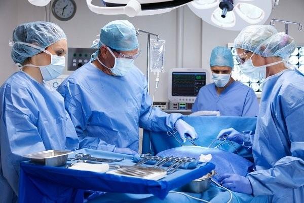 Phẫu thuật ngày nay ít được sử dụng trong điều trị ung thư phổi di căn não do nguy cơ biến chứng cao