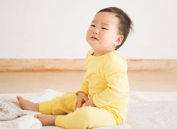 Trẻ thường biếng ăn, khó chịu hoặc quấy khóc và khó ngủ về đêm