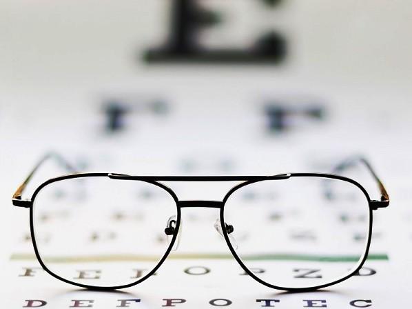 Có nên đeo kính thường xuyên