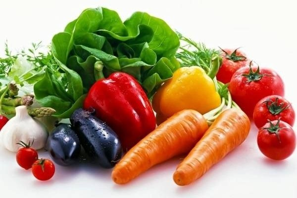 Hoa quả và rau xanh là phần không thể thiếu trong bữa ăn của phụ nữ tiền mãn kinh