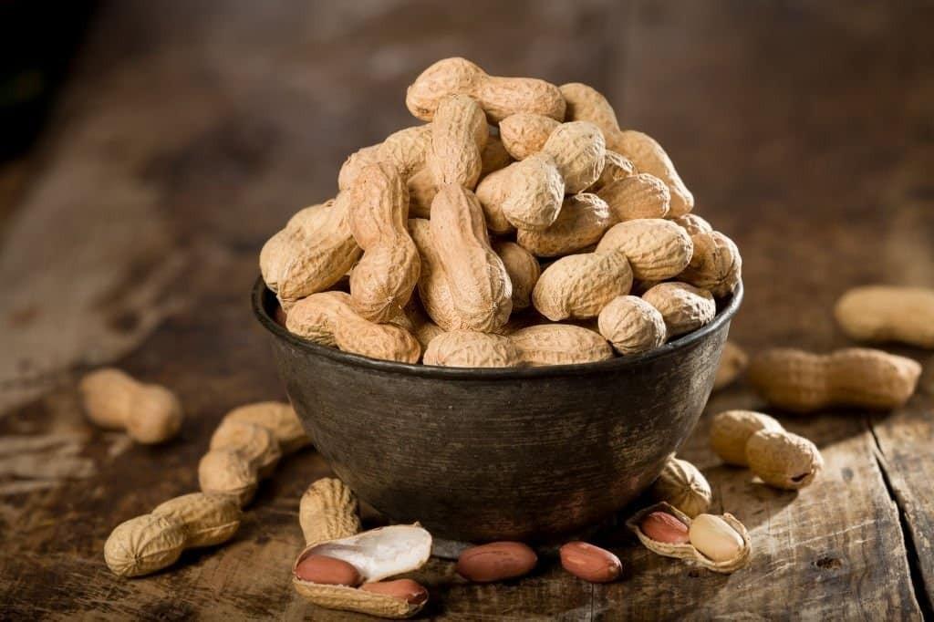 Đậu phộng sống hoặc bơ đậu phộng cung cấp nhiều niacin