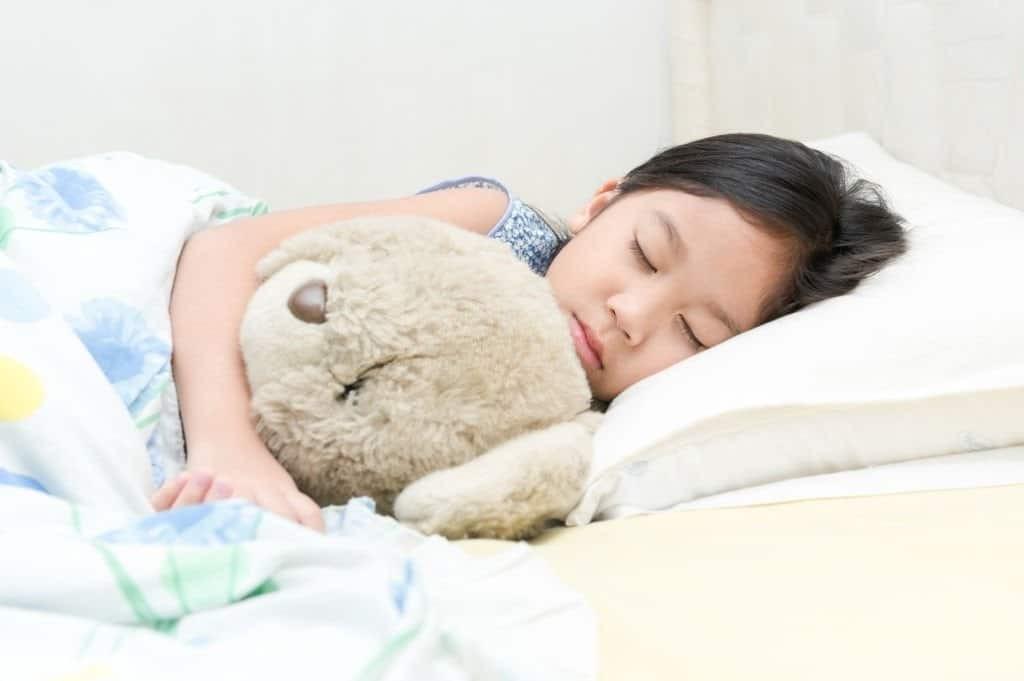 Trẻ có thể nằm kê cao đầu trên một vài chiếc gối để giảm bớt các triệu chứng nghẹt mũi.
