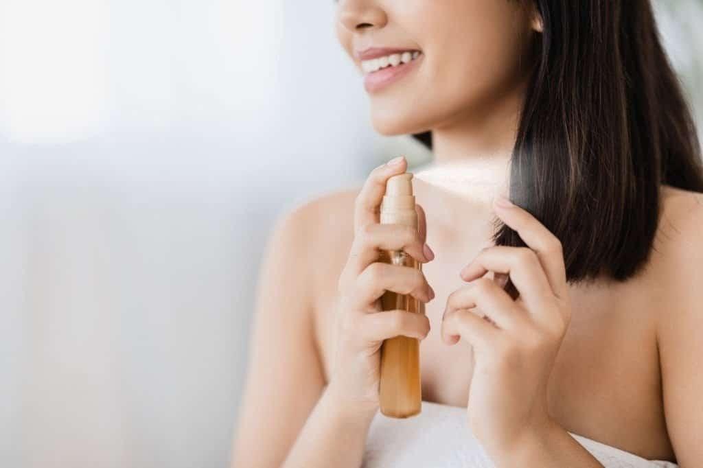 Dầu dưỡng tóc có chứa vitamin E giúp tóc luôn bóng khỏe