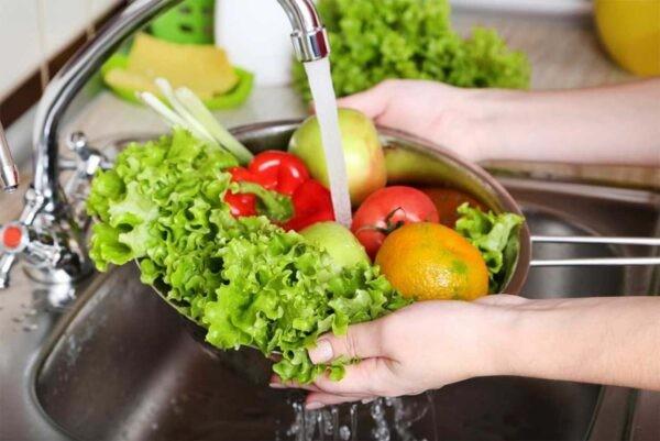 Để phòng ngừa giun sán, bạn hãy đảm bảo vệ sinh an toàn thực phẩm cho trẻ như ăn uống chín, rửa sạch trái cây và rau củ